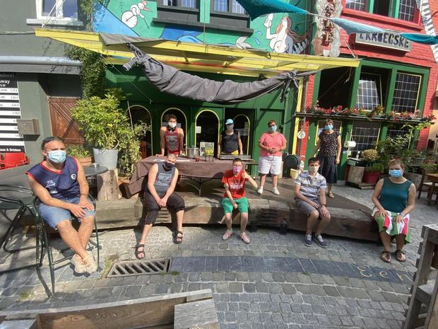 Vzw Ithaka zet mensen met beperking in tijdens zomerbar op het Paulusplein