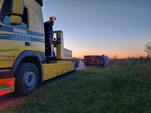 Vrachtwagen kantelt en belandt in middenberm E40