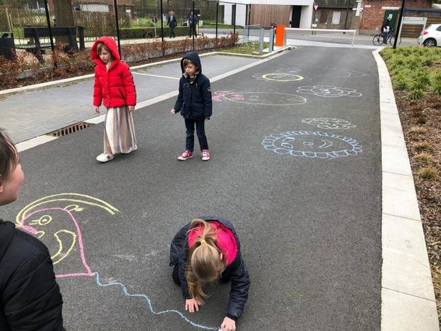 Deerlijkse leerlingen maken tekeningen aan het woonzorgcentrum