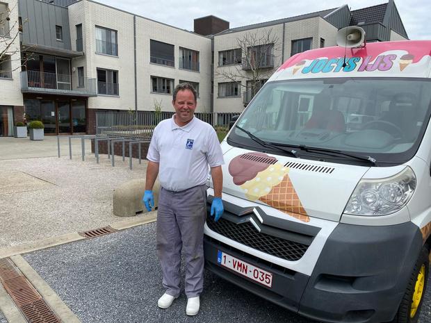 Jo deelt gratis ijsjes uit aan bewoners wzc Aksent in Lendelede