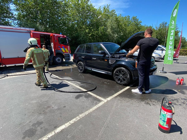 Motor Range Rover vat vuur