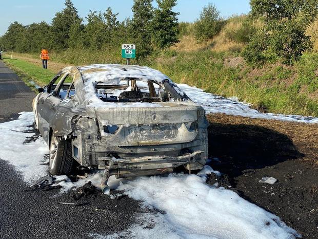 Auto brandt volledig uit op E403 ter hoogte van Torhout