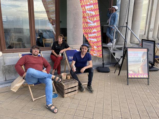 Luisteren naar een live concert in Oostende met de voeten in het zand dankzij KAAP
