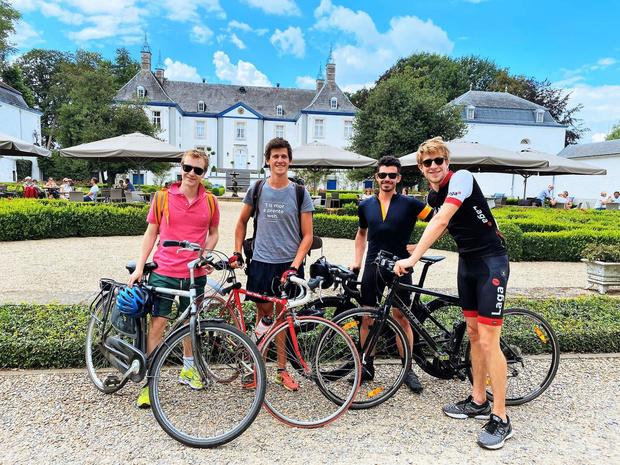 Ewout (26) fietst naar alle 136 Belgische steden, op zoek naar coronaverhalen