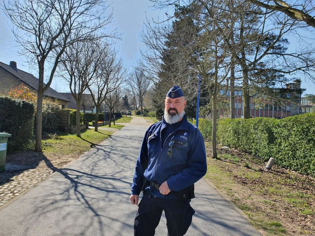 Wijkinspecteur Ronny Moerman is tijdens coronacrisis 7 dagen op 7 beschikbaar in Sint-Idesbald