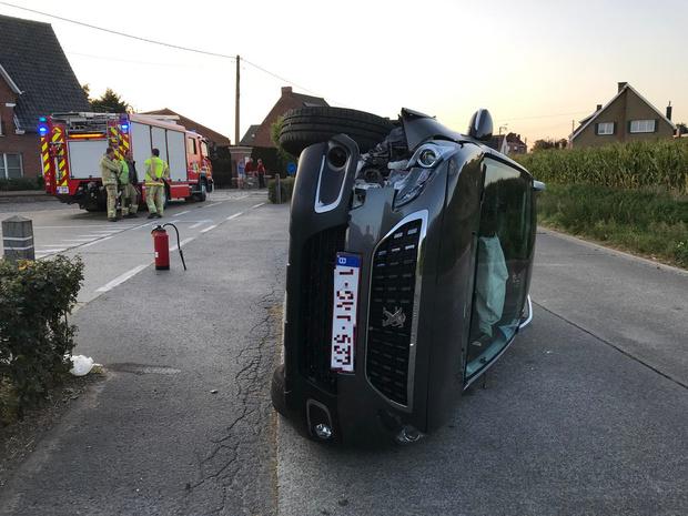 Moeder en 11-jarige dochter gewond nadat auto in Kortemark uit de bocht vliegt en kantelt