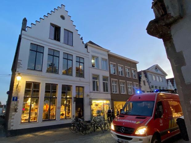 Politieman valt door dak na achtervolging in Brugge