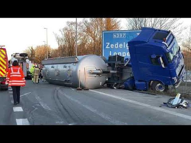 Mazouttank van vrachtwagen slaat lek bij ongeval op E40 in Loppem