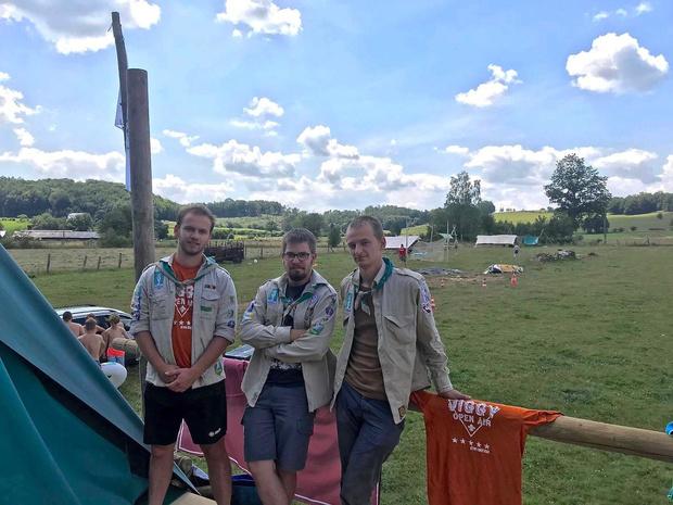 Meense scoutsleiders op kamp schieten ter hulp bij zwaar auto-ongeval