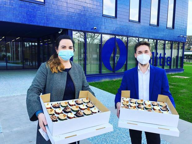 Lindsey en Jean-Philippe schenken 180 cupcakes aan de politie