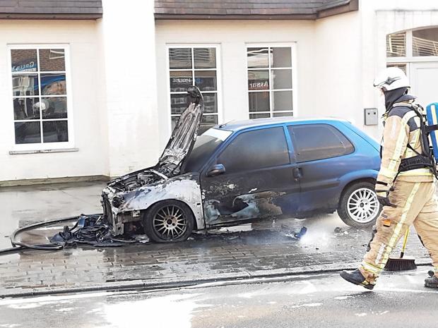 Auto brandt volledig uit in Emelgem