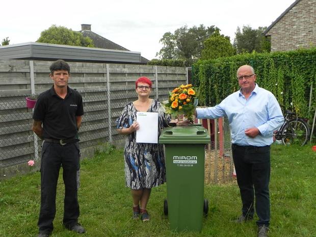 Bloemen voor tienduizendste tuinafvalklant uit Oostnieuwkerke