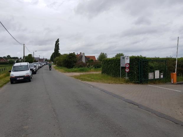 Lange file aan recyclagepark in Elzendamme