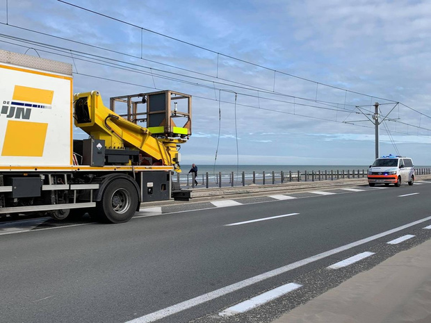 Vrachtwagen raakt hoogspanningskabel van kusttram: dienstverlening verstoord