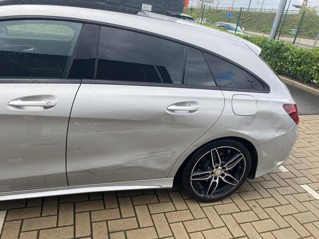 Veel schade aan wagen na vluchtmisdrijf aan frituur 't Perron