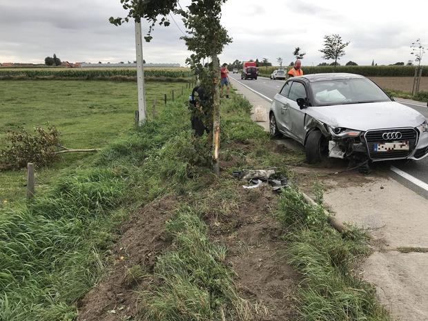 Auto rijdt in op voorligger en gaat over de kop in Klerken: drie gewonden