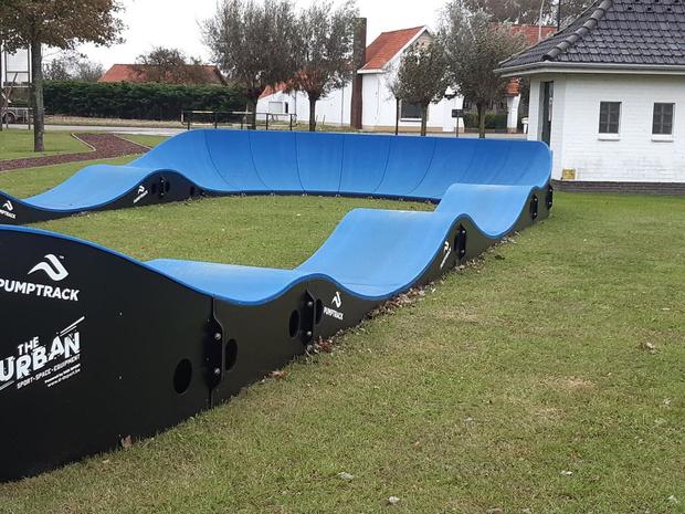 De Haan verrast sportieve jeugd met pumptrack aan sporthal Haneveld