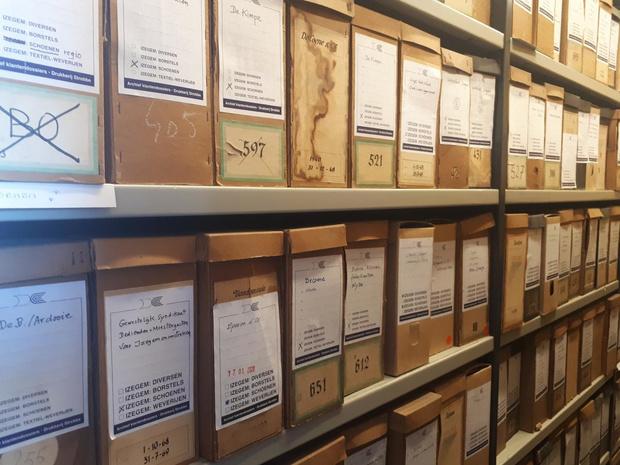 Drukkerij Strobbe schenkt onder meer het archief van de Druivelaar-Le Sablier aan stad Izegem