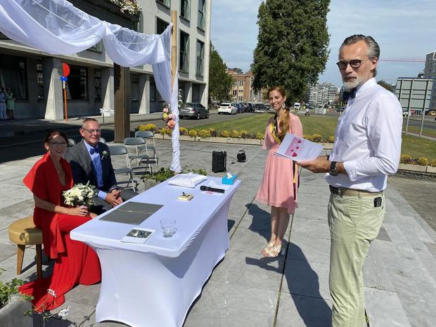 """Eerste openluchthuwelijk in Oostende is voor Marc en Conny: """"Veel leuker dan in de gewone trouwzaal"""""""