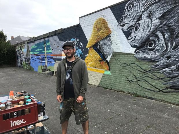 Kunstenaar vereeuwigt de visserijziel van de Oostendse Vuurtorenwijk met spuitbus