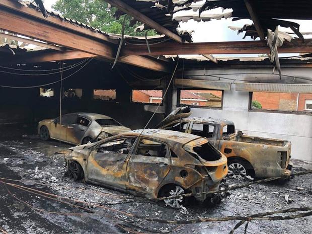 Loodsbrand in Oostkamp wellicht ontstaan door kapotte batterij van tweedehandswagen