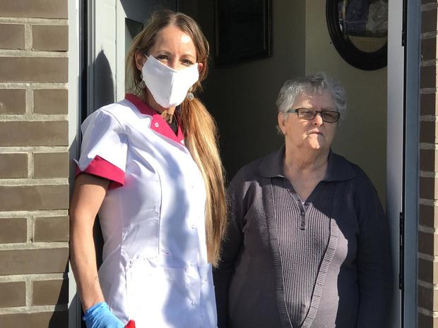 Thuisverpleegkundige Stefanie blijft dagelijks patiënten bezoeken