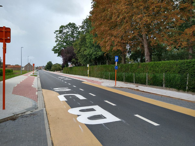 Nieuw fietspad langs de Poperingestraat in Woesten