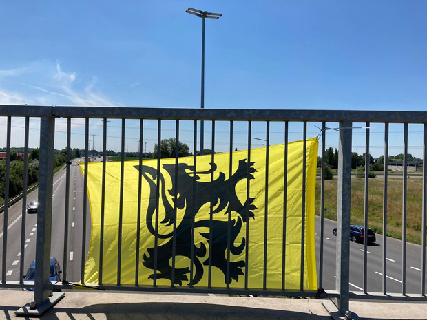 """Vlaamse vlaggen boven de autosnelweg: """"Mag eigenlijk niet"""""""