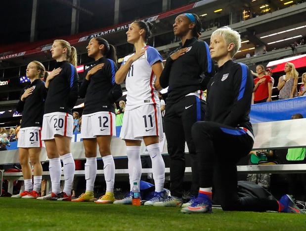 Amerikaanse voetbalbond overweegt om knielen toe te staan tijdens volkslied