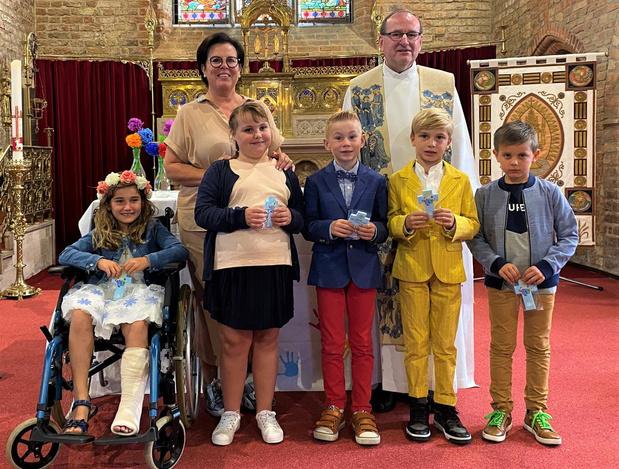 Vijf kinderen 't Klavertje vieren eerste communie