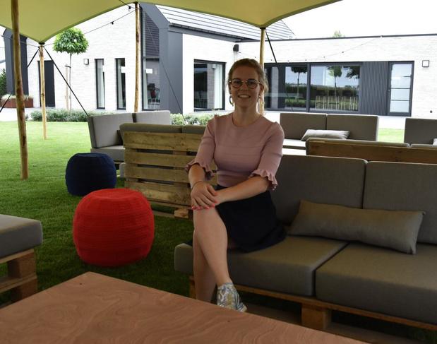 Kjenta Willems (19) opent zomerbar Bar-A-Sol in Ter Boeckhout