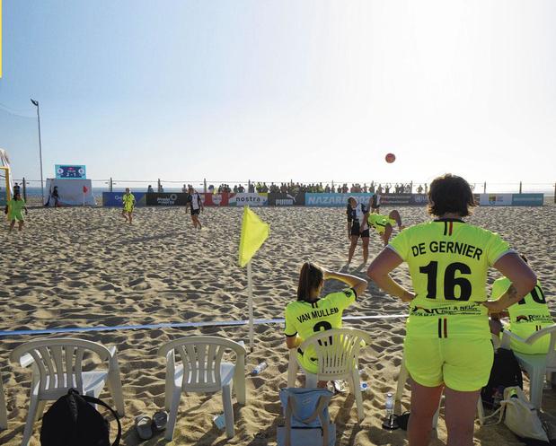 Beach soccer ensemble sur le sable, les yeux dans l'eau...