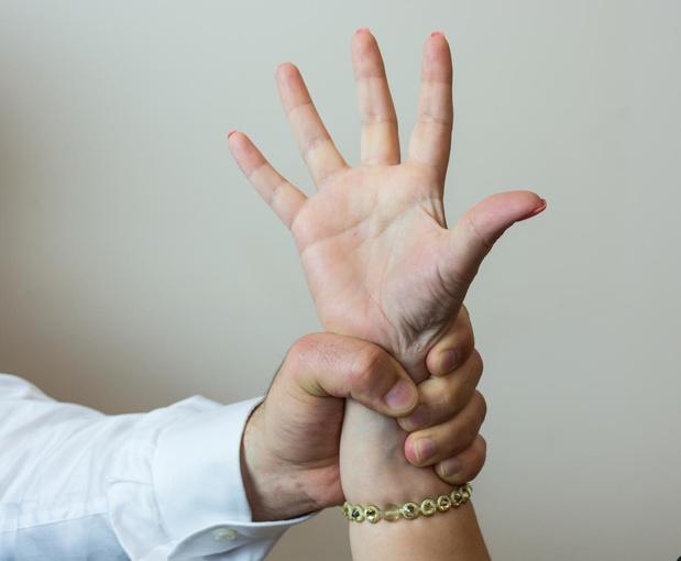 Man veroordeeld tot 37 maanden voor slagen aan hoogbejaarde blinde moeder