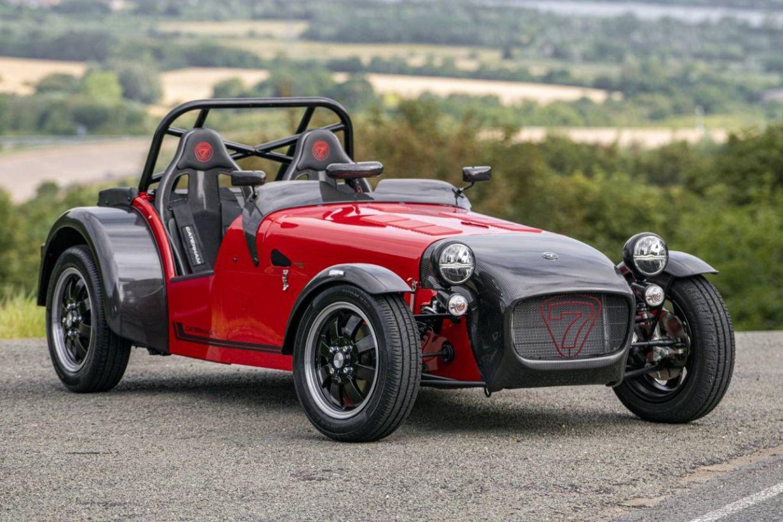 Ici, en version R (pour le circuit), la Seven 170 se passe de pare-brise et adopte des sièges baquets., GF