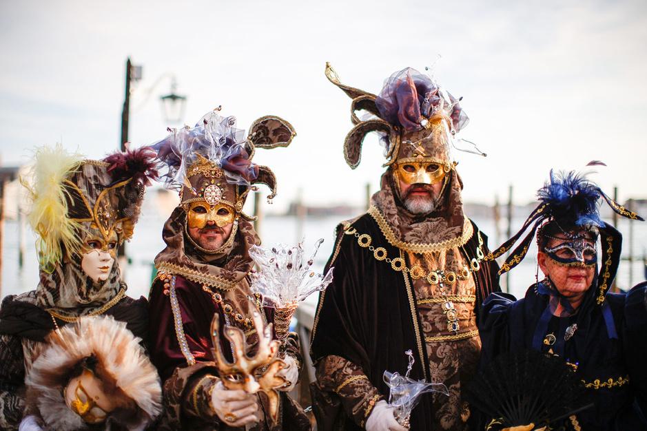 En images: Costumes fastueux, masques et mystères au Carnaval de Venise