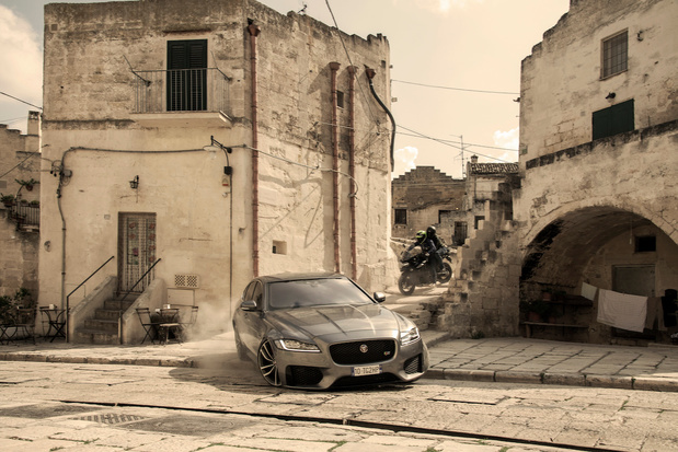 Jaguar XF schittert in 'No Time to Die'