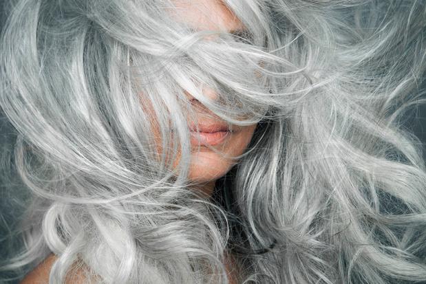 Le confinement, moment idéal pour assumer ses cheveux blancs: conseils pratiques pour y arriver