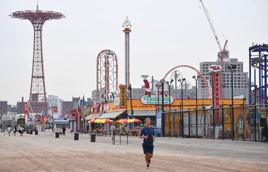 En images: terrain de jeu du peuple, Coney Island et sa plage font grise mine