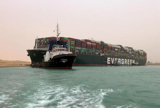 Suezkanaal geblokkeerd door containerschip