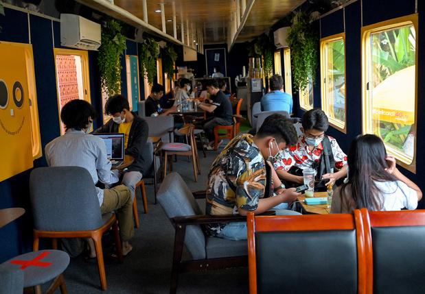 Selfie nostalgie: à Phnom Penh, le train est immobile mais tendance
