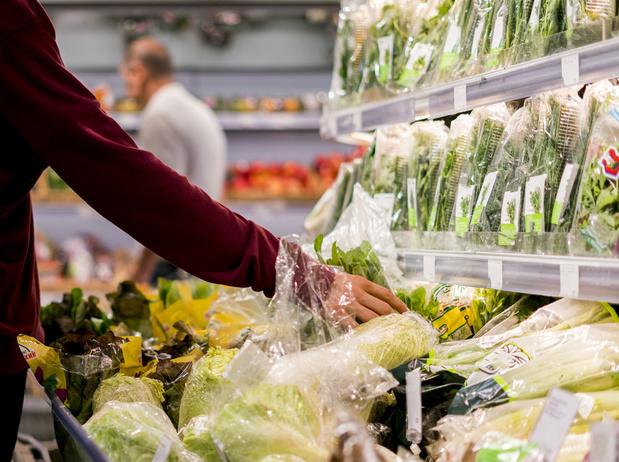 La France interdit le plastique autour des fruits et légumes