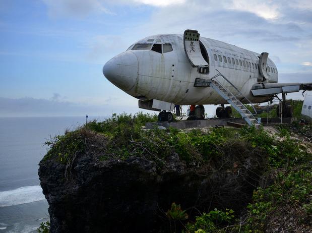 Bali installe une épave de Boeing en haut d'une falaise pour attirer les touristes
