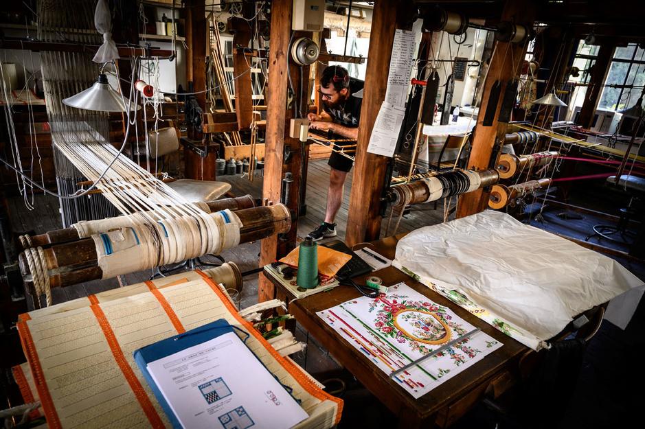 En images: dans les coulisses d'une manufacture de soie française qui perpétue une tradition séculaire