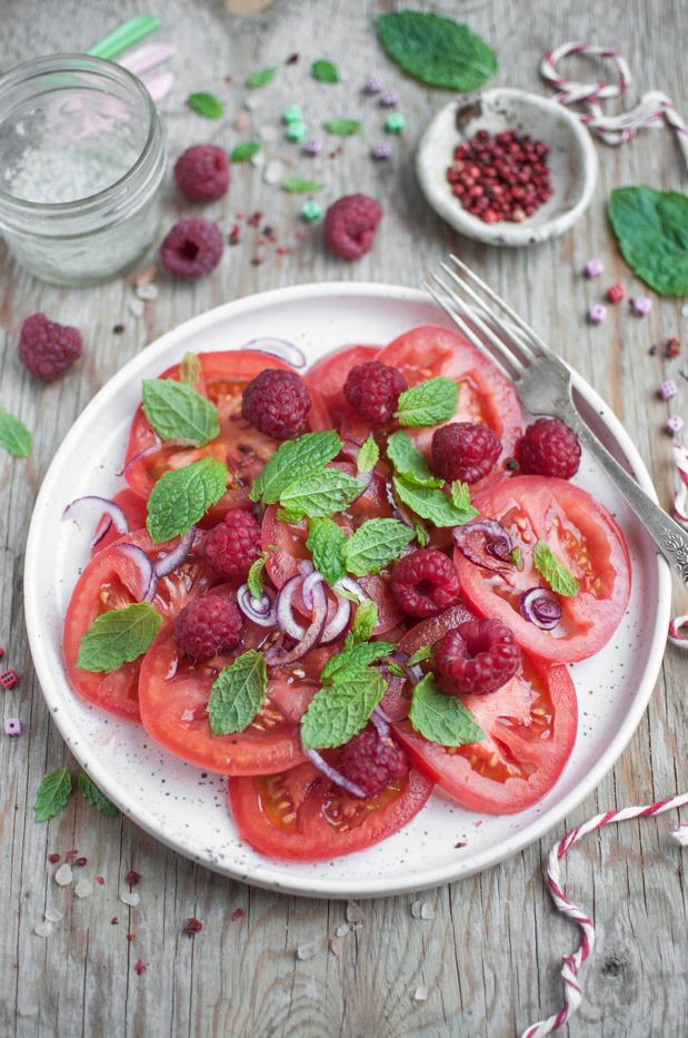 Salade estivale aux tomates, framboises et oignons rouges