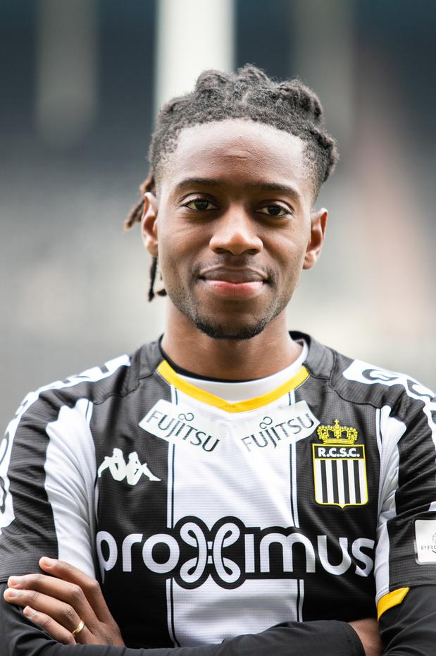 Joris Kayembe, 13e Carolo en équipe nationale, applaudi par ses coéquipiers à Charleroi