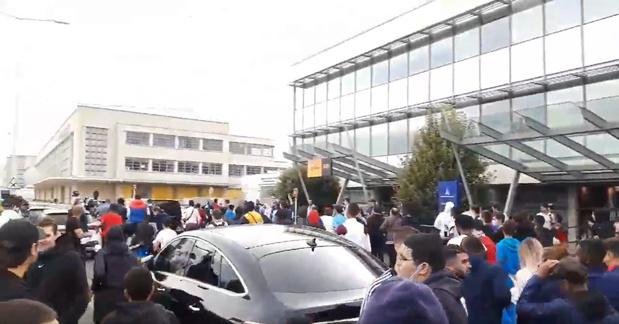 Opvallend: honderden PSG-supporters wachten Messi tevergeefs op aan luchthaven