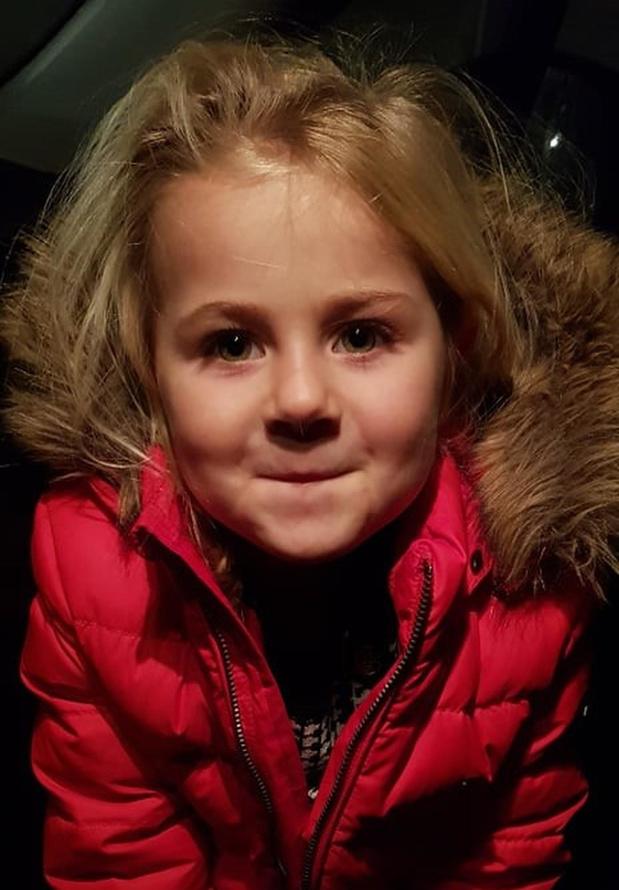 Dieven stelen spaarpotje en gouden armbandje van 3-jarige Lola