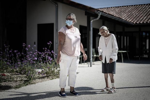 """En images: Un village français """"comme les autres"""" pour les malades d'Alzheimer"""