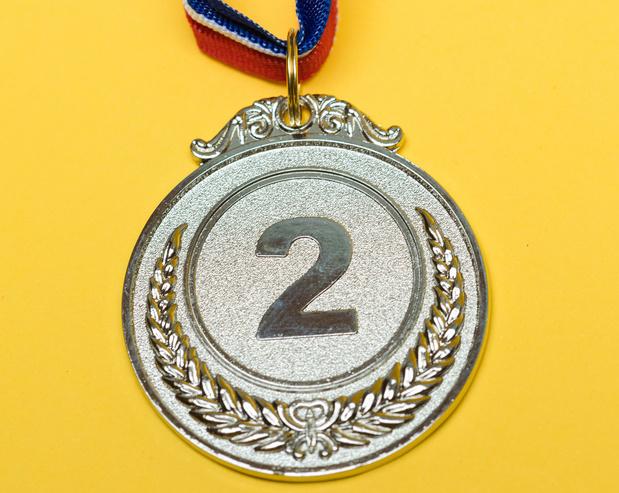 Musk treitert 'copycat' Bezos op Twitter met emoji van zilveren medaille