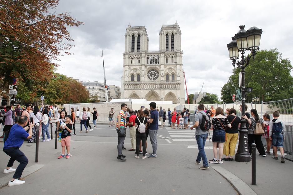 Malgré les blessures de l'incendie, pour les touristes, Notre-Dame de Paris conserve tout son attrait